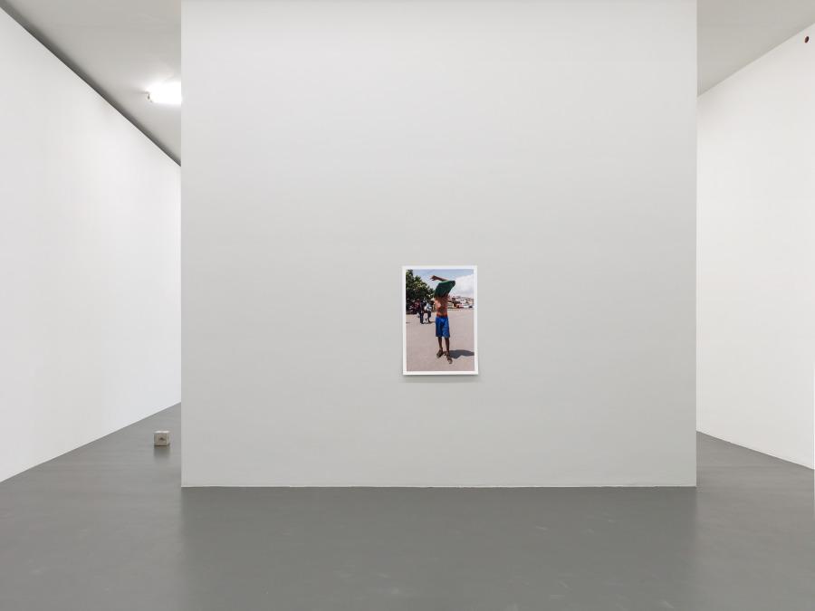 "Trayecto — Fase 1. La entrega. Fase 2. A través. Fase 3. Inclusión, 2018. Vista de la exposición ""A new work by Teresa Margolles"", en Witte de With Center for Contemporary Art, Rotterdam, 2018. Foto: Kristien Daem"