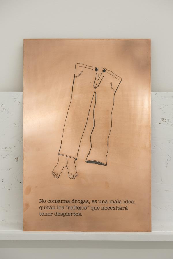 """Jhafis Quintero, de la serie """"Máximas de Seguridad"""", 2016, lámina de cobre tratada con ácido. Cortesía: DiabloRosso, Panamá. Foto: Raphael Salazar"""