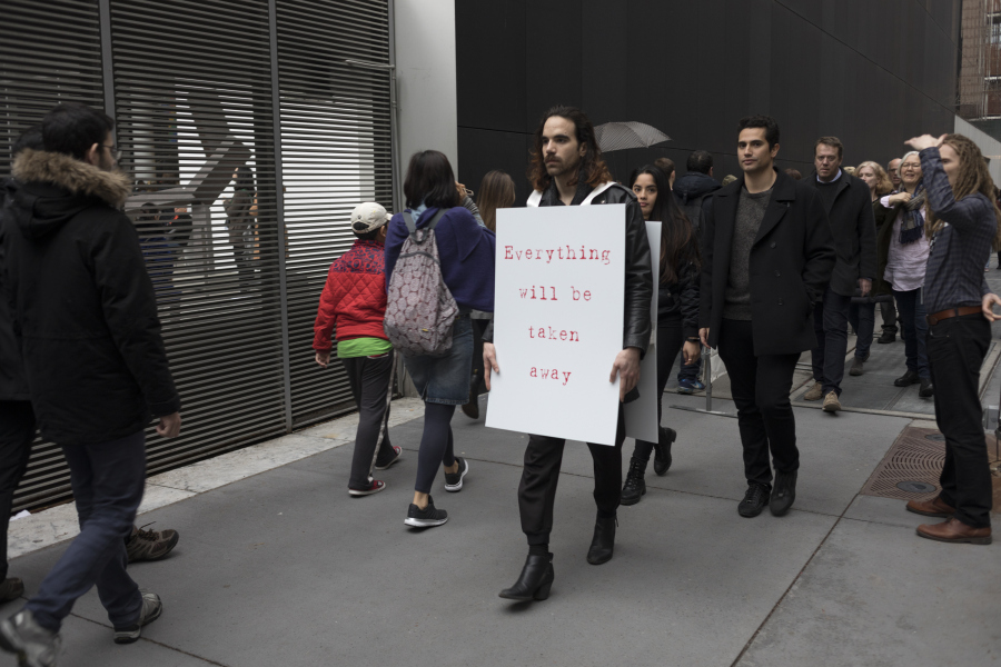 "Everything will be taken away, performance en las calles de Manhattan, parte de la exposición ""Adrian Piper: A Synthesis of Intuitions, 1965–2016"", en el Museum of Modern Art (MoMA), Nueva York, 2018. © 2018 The Museum of Modern Art. Foto: Robert Gerhardt."