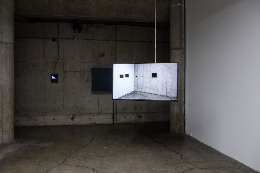 """Nicolás Rupcich & Yvon Chabrowski, Faces, 2018, video instalación de circuito cerrado, pantalla de 50"""", computador, webcam. Obra interactiva que, basándose en la presencia y ausencia del espectador, hace visible la relación entre pantalla y usuario. Cortesía del artista"""
