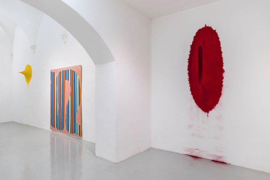 "Vista de la exposición ""Daniel Buren & Anish Kapoor"", en Galleria Continua, San Gimignano, Italia, 2018. Foto: Ela Bialkowska, OKNO Studio"