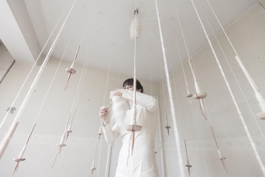 Juana Gómez, Qapuña, 2018, instalación/performance, 24 husos, vellón hilado a mano y tierra, dimensiones variables. Foto: Alejandro Araya
