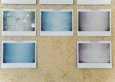 Maite Zubizarreta, Geografías materiales, 2018, fotografías instantáneas, dimensiones variables. Foto: Rodrigo Maulén