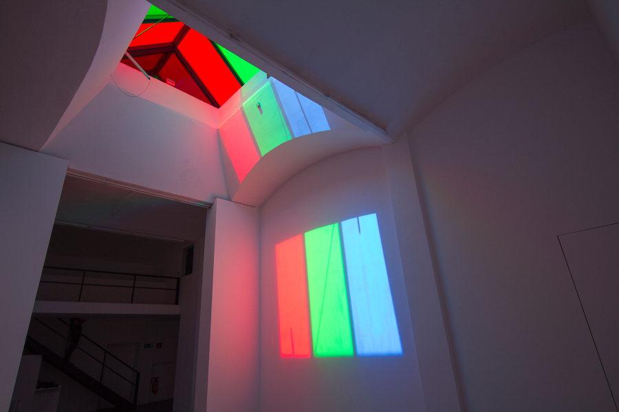 """Gonzalo Reyes Araos, Pixel (2017). Esta intervención site-specific convierte la ventana de la sala principal en un """"píxel"""" aumentado al filtrar la luz del cielo a través de los colores RGB, cambiando el carácter del espacio según las condiciones del clima y la posición del sol."""