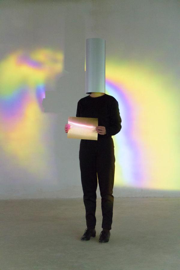 Gonzalo Reyes Araos, Lightheart, 2014, instalación interactiva, proyector y cámara de video. Colaboración con el performer y coreógrafo Manon Parent. Plateau Gallery, Berlín
