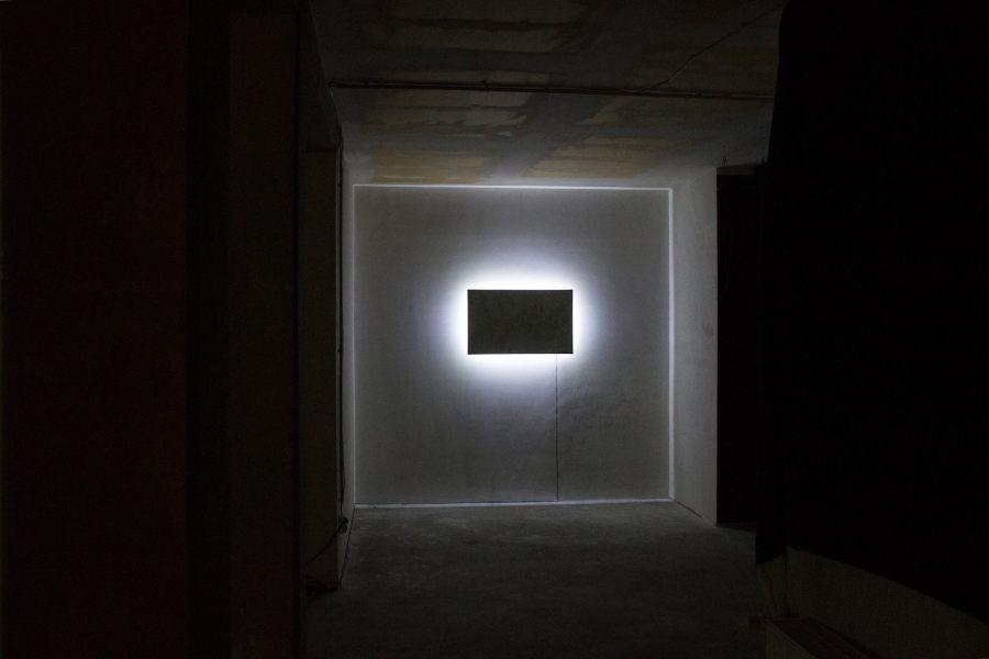 Gonzalo Reyes Araos. Screen Shot (2013) es una pintura al óleo sobre papel –instalada luego en un monitor- que está inspirada en una captura de pantalla de una video llamada de Skype entre el artista (desde Berlín) y su tía (desde Chile). Debido a la conexión precaria, la imagen era completamente abstracta.