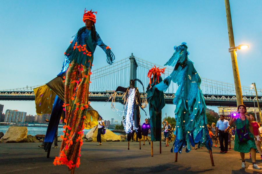 Laura Anderson Barbata en colaboración con The Brooklyn Jumbies, Intervención OceanBlue, Brooklyn, Nueva York, 2018. Foto: Shannel Resto