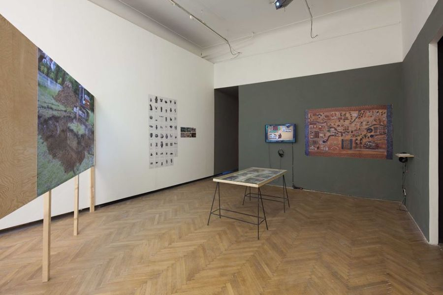 "Vista de la exposición ""The Shores of the World"", en Display, Praga, 2018. Foto: Radek Brousil"