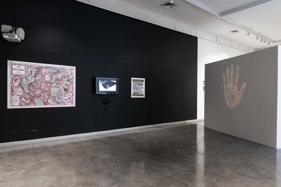 """Vista de la exposición """"Julia Pastrana, su vuelta y sus raíces (2003-2018)"""", de Laura Anderson Barbata, en el CCE Santiago, 2018. Foto: Luis Piñango"""