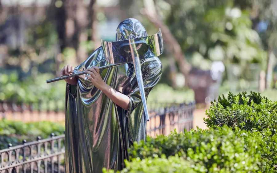 Eduardo Navarro, Polenphonia, 2018, coreografía musical para siete flautistas, dimensiones variables. Vista del performance en el Jardín Botánico, Buenos Aires. Foto: Belén Caputo. Cortesía del artista.