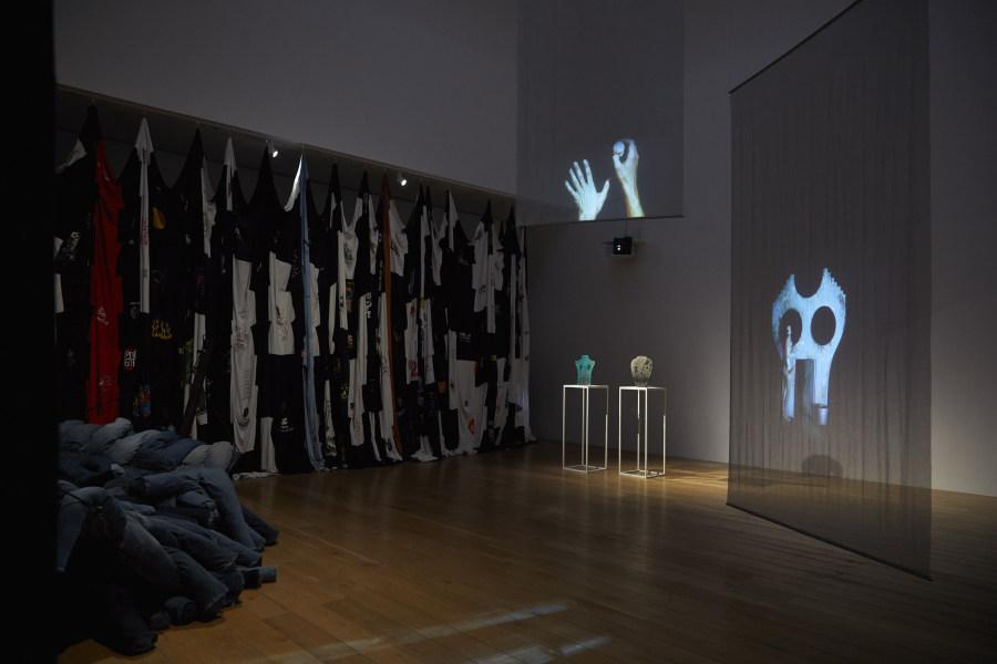 "Vista de la exposición ""Pia Camil: Split Wall"", 2018, en Nottingham Contemporary. Foto: Stuart Whipps"