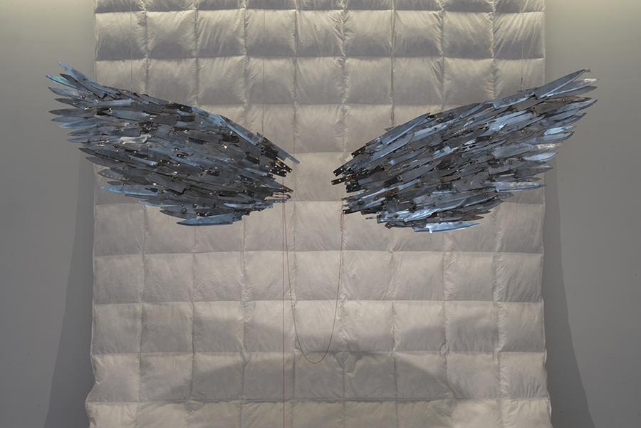 """Instalación de la muestra """"El peso de las alas"""" de la artista chilena Catalina Mena en AninatGalería, Santiago de Chile. Foto: cortesía de la galería."""