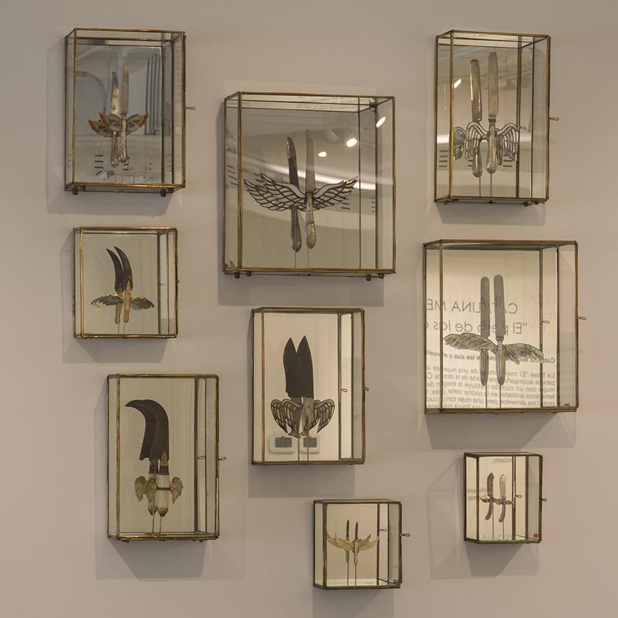 """Piezas de la muestra """"El peso de las alas"""" de la artista chilena Catalina Mena en AninatGalería, Santiago de Chile. Foto: cortesía de la galería."""