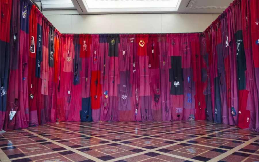 Pia Camil, Gaby's T-shirt, 2016, aproximadamente 300 camisetas de segunda mano, 3 m x 34 m. Vista de la instalación en Ex Cervecería Munich, Buenos Aires. Foto: Belén Caputo. Cortesía de la artista.