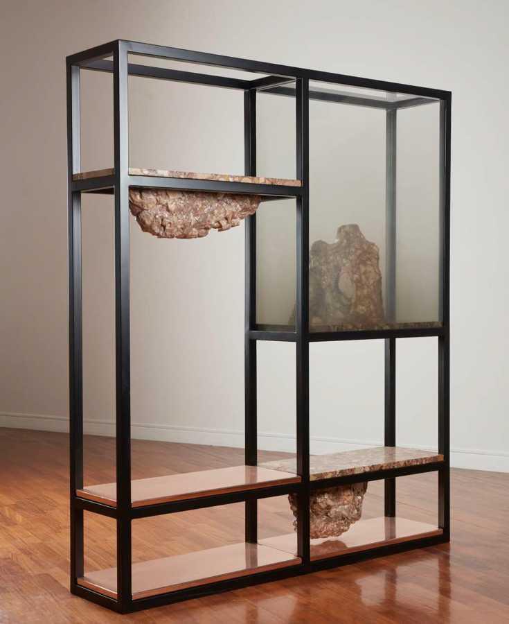 ELENA DAMIANI. Rude Rocks 4, mármol breccia, estructura de acero, cobre, impresión digital de cerámicas en vidrio templado, 211 x 180 x 80 cm, 2015. Cortesía: Revolver