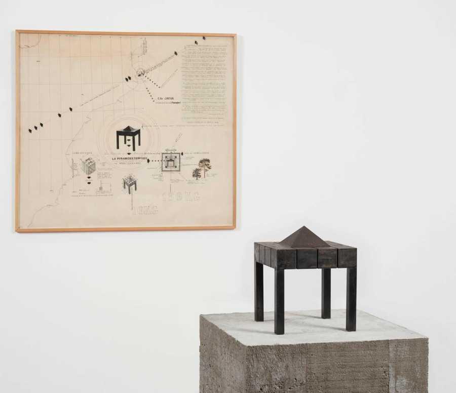 """EMILIO RODRÍGUEZ-LARRAÍN. Vista de instalación """"Plano de escultura sumergida (Cubo en cinta de la pirámide, escultura virtual). Piramidita"""". Cortesía: Revolver"""