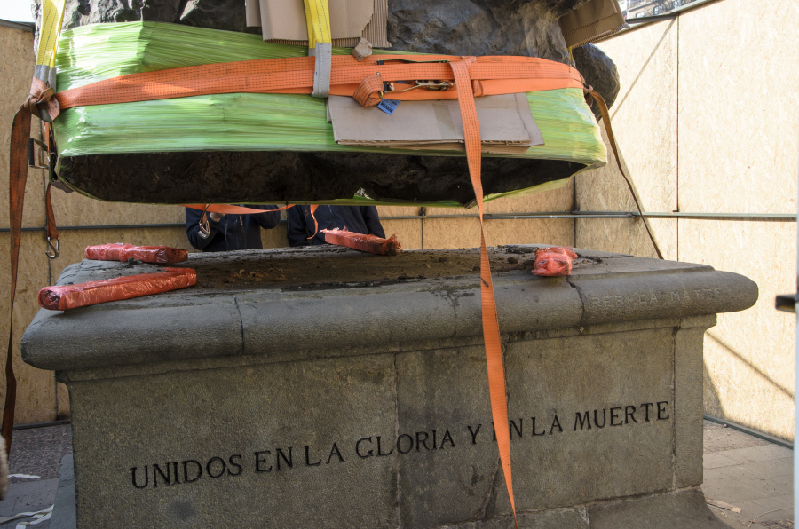 Rebeca Matte, Unidos en la Gloria y en la muerte, 1922. Escultura en bronce emplazada en el frontis del Museo Nacional de Bellas Artes de Chile en 1930. Foto: Damaris Sedini