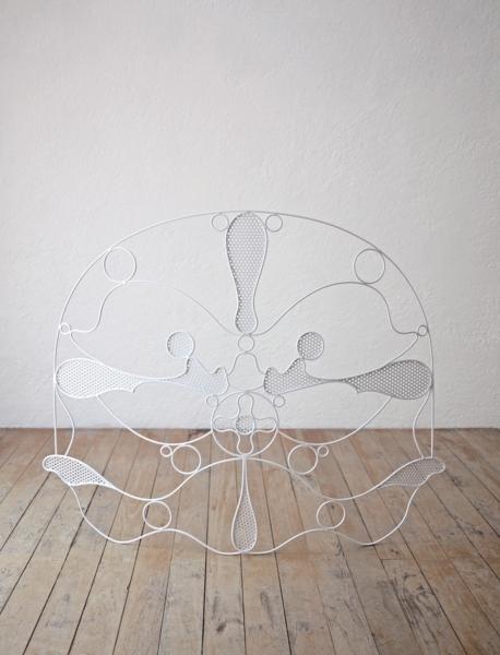 Edgar Orlaineta, Máscara, 2018. Alambre de metal y pintura electroestática, 90 x 116 x 12 cm. En Federico Luger, Milán. Cortesía: ARTBO