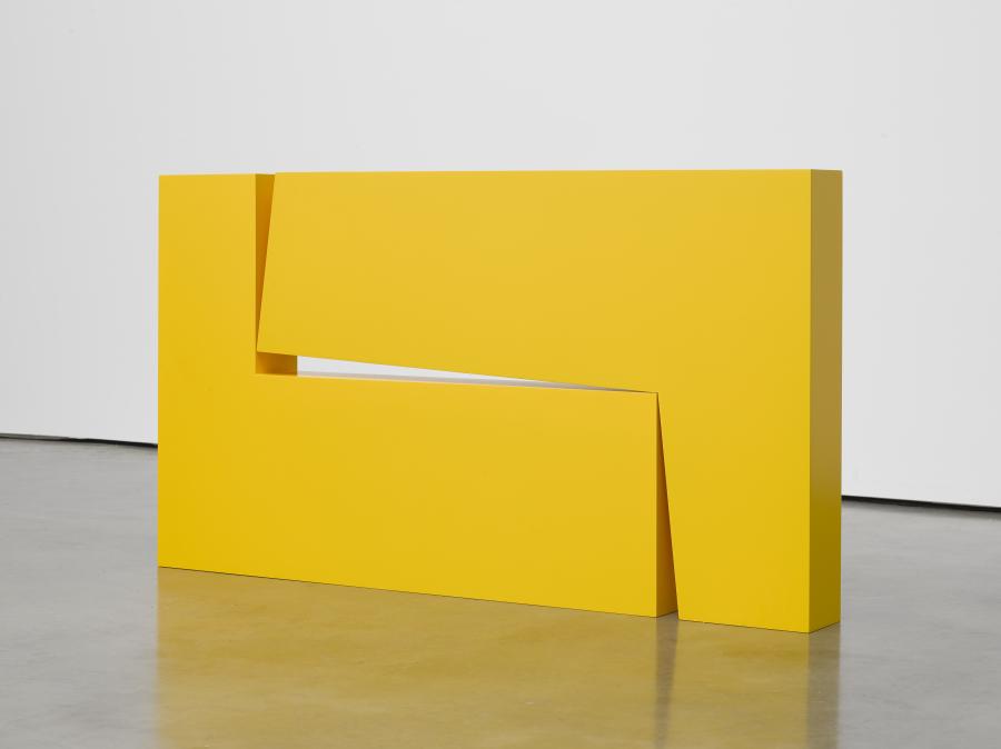 Carmen Herrera, Estructura Amarilla, 1966/2016, acrílico y aluminio, 69,9 x 124,5 x 12,7 cm. © Carmen Herrera. Cortesía: Lisson Gallery