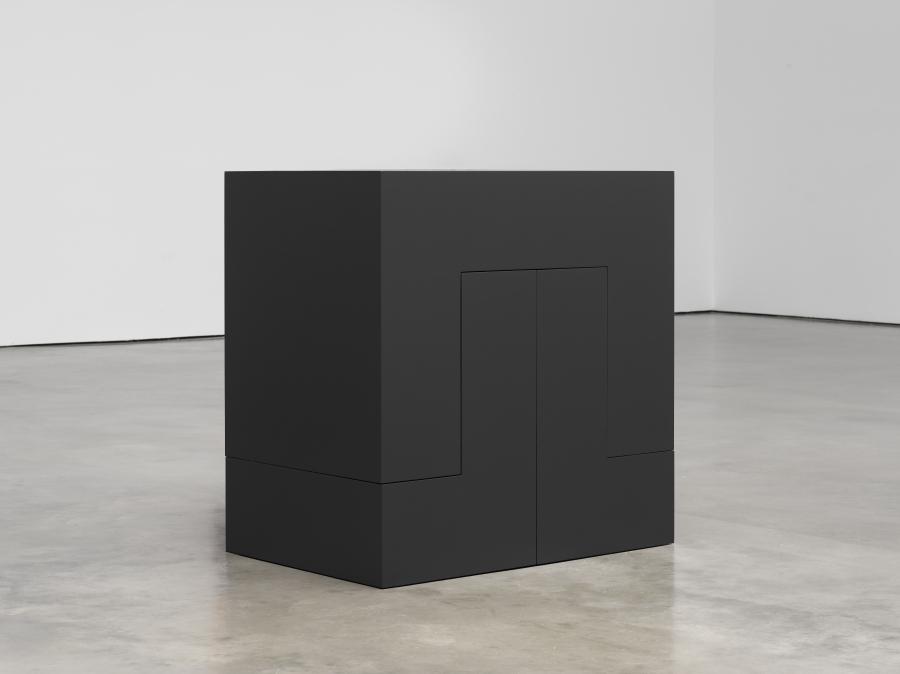 Carmen Herrera, Pavanne (Black), 1967/2016, acrílico y aluminio, 91,4 x 91,4 x 60,9 cm © Carmen Herrera. Cortesía: Lisson Gallery