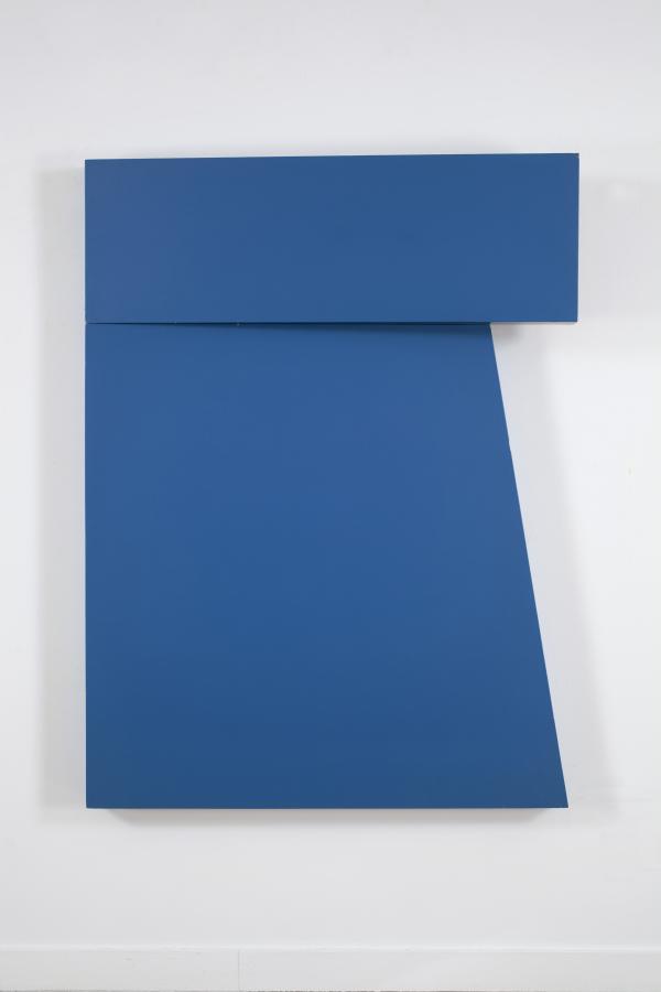 """Carmen Herrera, Azul """"Tres"""", 1971, acrílico sobre madera, 142,2 x 106,7 x 7,6 cm © Carmen Herrera. Cortesía: Lisson Gallery"""