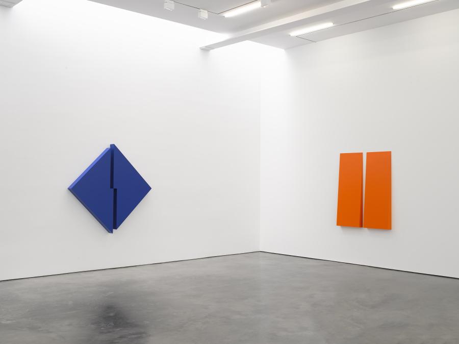 """Vista de la exposición """"Carmen Herrera: Estructuras"""", en Lisson Gallery, Nueva York, 2018 © Carmen Herrera. Cortesía: Lisson Gallery."""