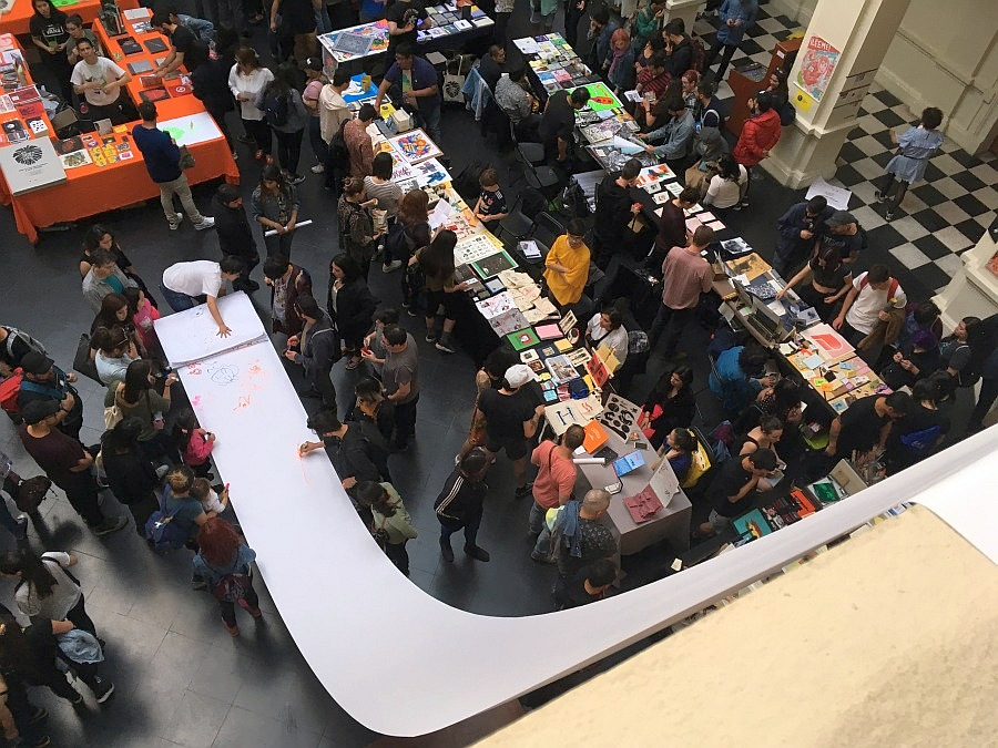 """Vista de """"El Fanzine más Largo"""", una acción organizada por Microeditorial Amistad en el hall del MAC, Parque Forestal, como parte de Impresionante. Santiago de Chile, 2018. Foto: Nicolás de Sarmiento"""