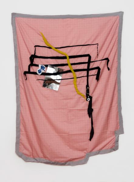 Lucrecia Lionti, Pentagrama con flores azules, 2017. Tela, hilo, fieltro, papel, acrílico y aros de metal, 140 x 190 cm. En Walden Gallery, Buenos Aires. Cortesía: ARTBO