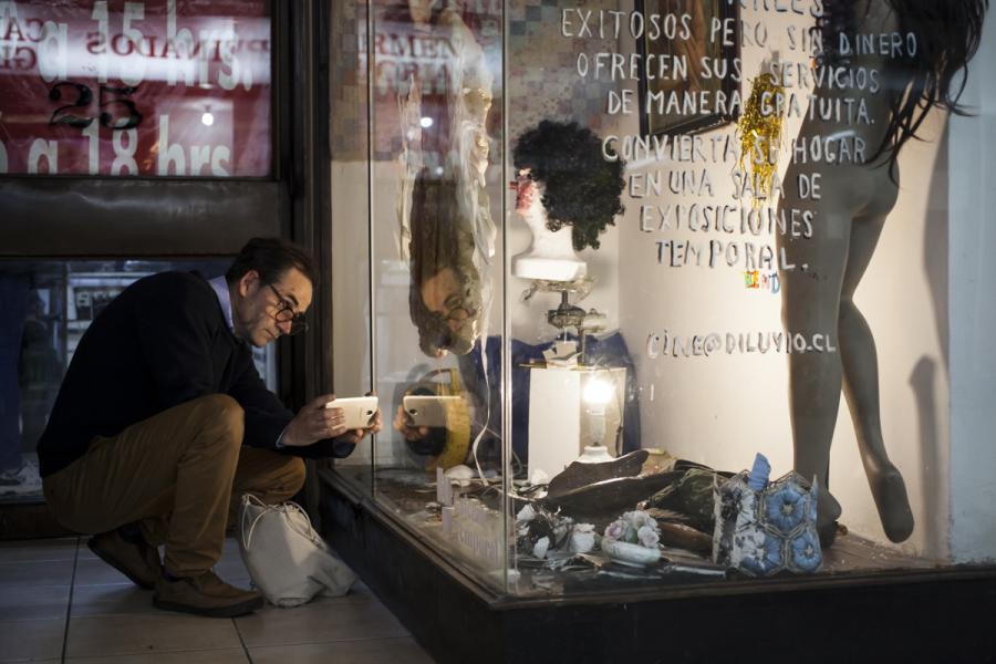 """Vista de la exposición """"Artistas profesionales"""", de Cristóbal Léon y Joaquín Cociña, en Huérfanos 1373, vitrina local 25. Foto cortesía de Galería Temporal"""