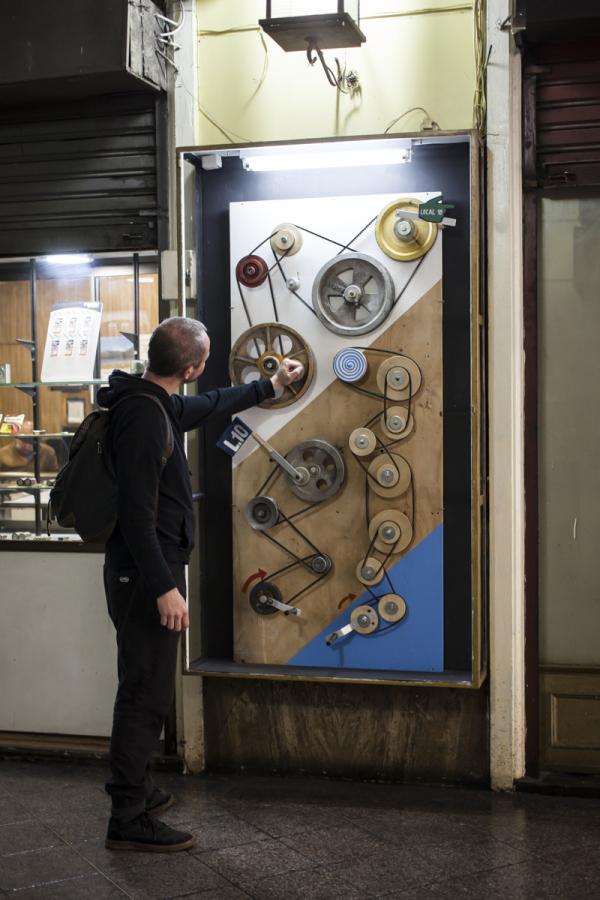 """Vista de la exposición """"Local 10"""", de Natacha Cabellos, en Merced 820, Galería San Antonio, vitrina local 10. Foto cortesía de Galería Temporal"""