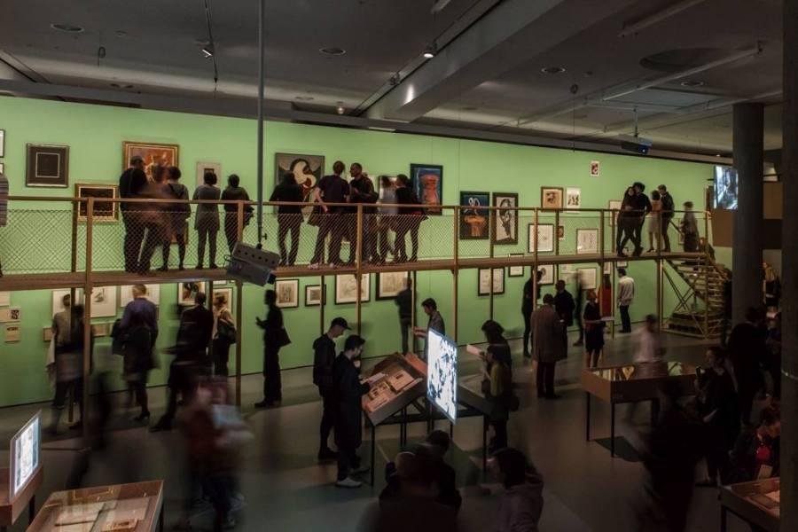 Vista de la exposición Neolithic Childhood. Art in a False Present, c. 1930 (2018), en Haus der Kulturen der Welt (HKW), Berlín. Foto: © Laura Fiorio/HKW