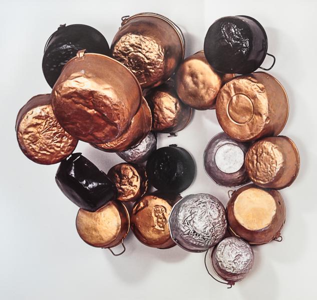 Sara Modiano, Contacto, 2010. Malla metálica, ollas y sartenes, 115 x46 x 90.5 cm. Foto: Óscar Monsalve. En Instituto de Visión, Bogotá. Cortesía: ARTBO
