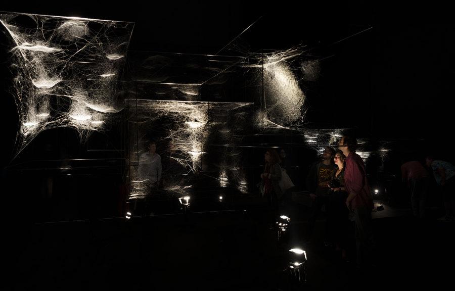 Vista de la exposición ON AIR, de Tomás Saraceno, en el Palais de Tokyo, París, 2018. Cortesía del artista; Andersen's, Copenhagen; Esther Schipper, Berlín; Pinksummer Contemporary Art, Génova; Ruth Benzacar, Buenos Aires; Tanya Bonakdar Gallery, Nueva York. © Foto : Studio Tomás Saraceno, 2018.