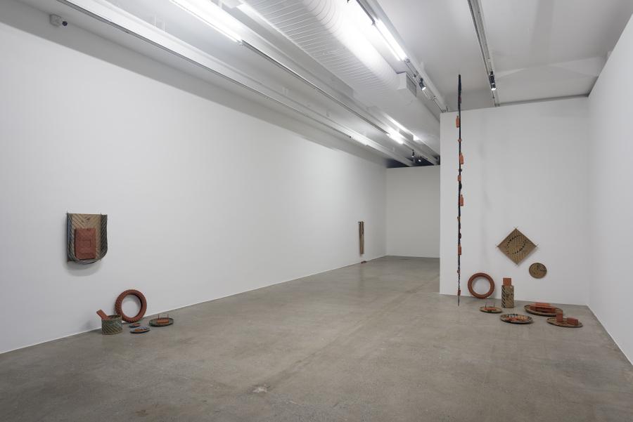 """Vista de la exposición """"Azul Maya"""", de Clarissa Tossin, en la galería Luisa Strina, São Paulo, 2018. Foto: Edouard Fraipont"""
