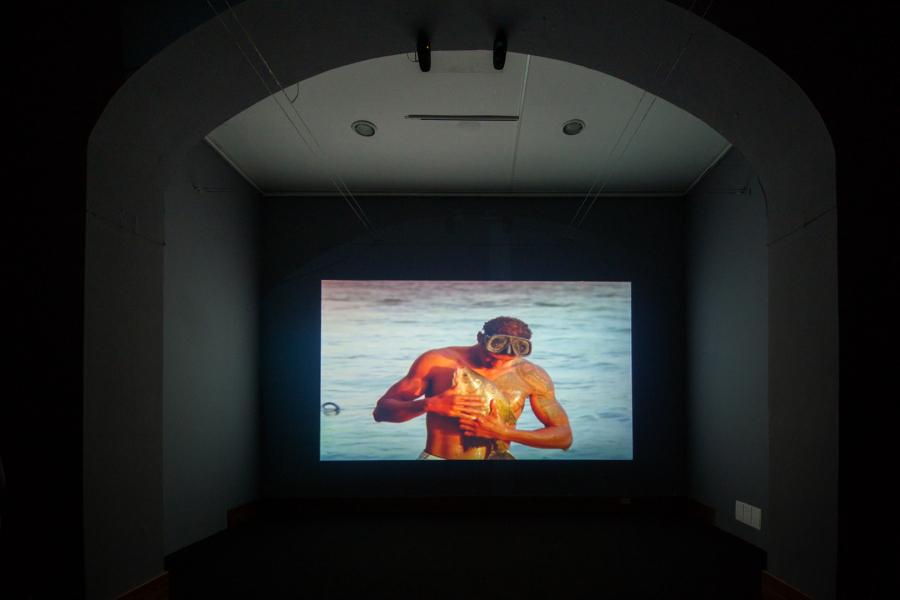 """Jonathas de Andrade, O Peixe (The Fish, El pez), 2016, film de 16mm transferido a video HD, sonido 5.1, 16:9 (1.77), 37'00"""". Cortesía: Galeria Vermelho. Foto: Edgar Dávila Soto"""