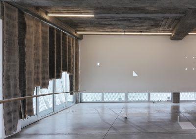 """Vista de la exposición """"ejercicios por demostración [una sustancia intermedia] la geometría del polvo"""", de Nicolás Paris, en Ladera Oeste, Guadalajara, México, 2018. Foto cortesía de Ladera Oeste"""