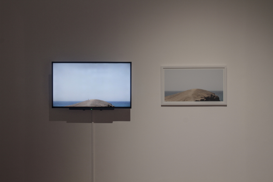 "David Guarnizo, La distancia al horizonte, 2015, video monocanal, 11 ́46"", dibujo impreso + Excavación de un horizonte, 2015, video monocanal, 25 ́14"" y fotografía impresa. Foto: Pablo Jijón"