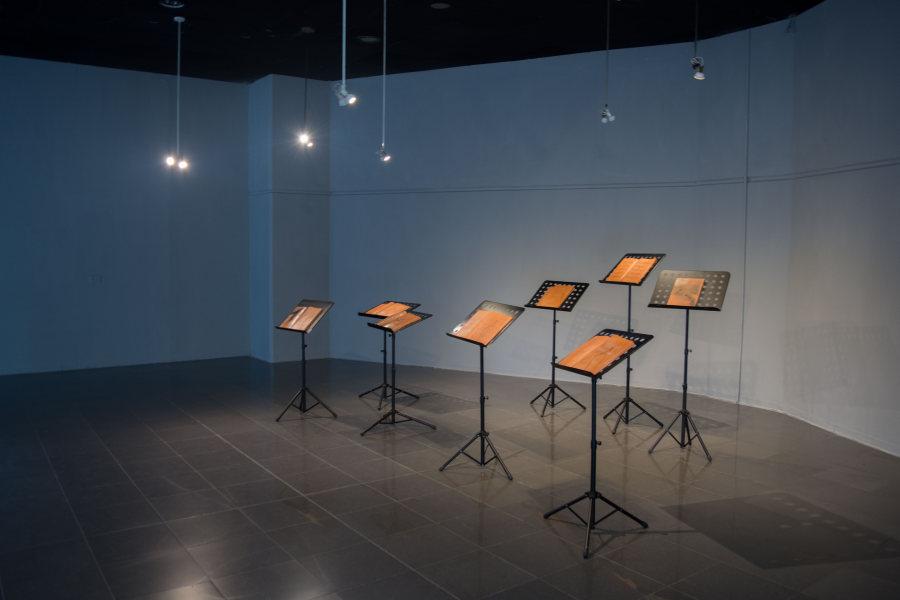 """Instalación del artista guatemalteco Benvenuto Chavajay, de la serie """"4'33'"""", arcilla y metal, 2018 (Museo Pumapungo). Foto cortesía de la Bienal de Cuenca"""