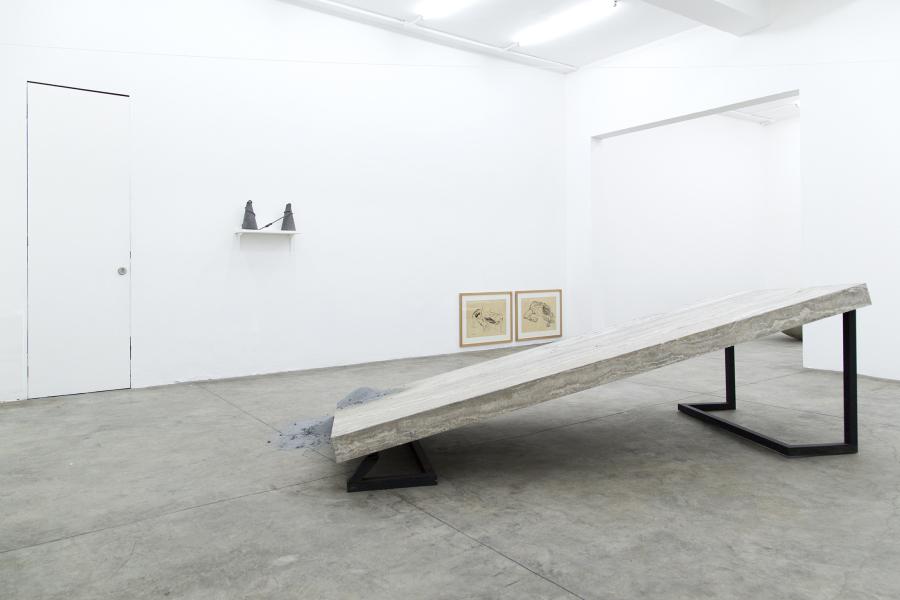 Armando Rosales, Séptimo uso de lo ajeno: deseo de suelo, 2019, mesa de piedra propiedad de ESPAC modificada, polvo de pintura del espacio. Foto cortesía de ESPAC