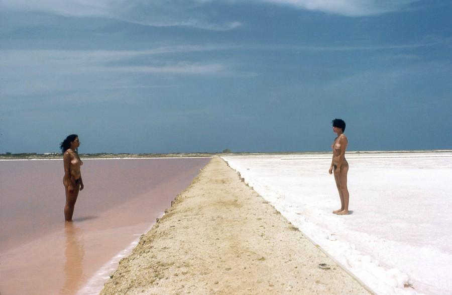Yeni y Nan, Simbolismo de la cristalización-Araya, 1983-1984/2019, fotografía, 60 x 90 cm. Cortesía: Henrique Faria Fine Art