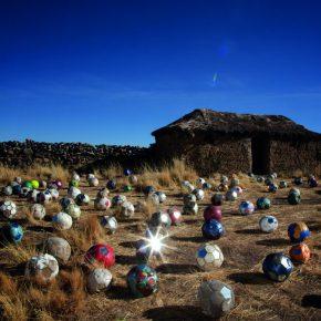 Joaquín Sánchez, Esferas / Siete Notas, 2015, video instalación y pelotas en desuso. Cortesía: Galería Patricia Ready