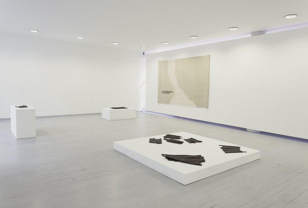 """Vista de la exposición """"No para siempre en la tierra"""", de Cynthia Gutiérrez, en Proyecto Paralelo, Ciudad de México, 2019. Foto cortesía de la galería"""