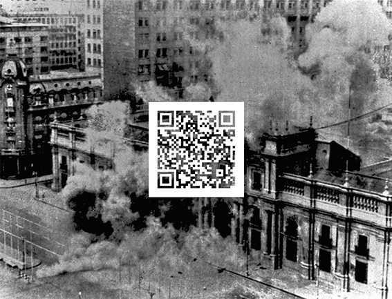 Felipe Rivas San Martín, Bombardeo del Palacio de la Moneda, 11 de septiembre 1973. Fotografía intervenida con código QR, 2013. Cortesía: Museo Reina Sofía
