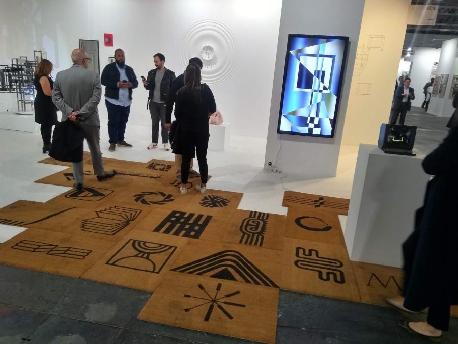 Tapetes de Pepe López, y al fondo, una obra interactiva de Santiago Torres, en el stand de Baró (Sao Paulo), feria ARCO 2019. Foto: Alejandra Villasmil