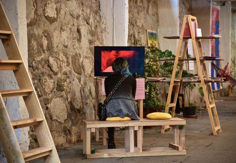 """Vista de la exposición """"Los Nuevos Sensibles"""" en CasaPlan, Valparaíso, Chile, 2019. Foto: Alejandra Arcuch"""