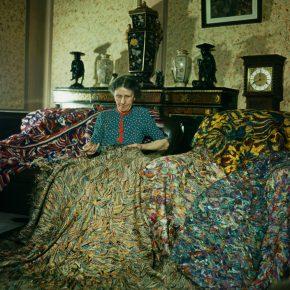 La artista inglesa Madge Gill (Maude Ethel Eades) realizando una manta con hilos de seda insertados en una lona, 19 de agosto de 1947. La manta contiene al menos dos millones de puntadas y es el resultado de seis meses de trabajo. Fotografía: Paul Popper/ Popperfoto /Getty Images