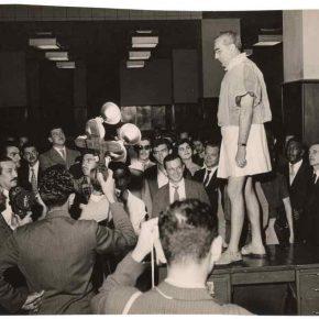 Flávio de Carvalho presentando 'New Look' (Experiência No. 3) en la sala de redacción del periódico Diários Associados, 1956. © Los herederos de Flávio de Carvalho. Cortesía: CEDAE-IEL
