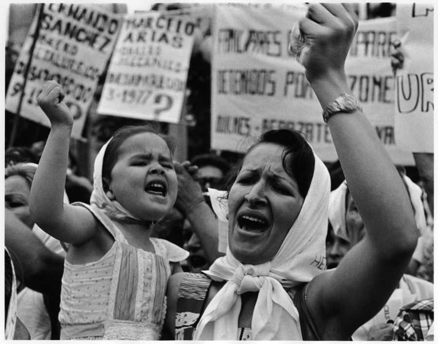 """Adriana Lestido, Madre e Hija de Plaza de Mayo, parte de la exposición """"Heroínas"""", en el Museo Provincial de Bellas Artes Timoteo E. Navarro, Tucumán, Argentina."""