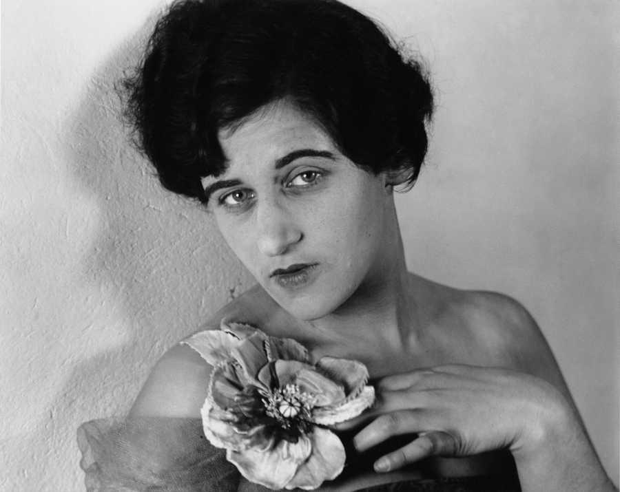 Grete Stern (1904–1999), Autorretrato con flor, 1935, fotografía, gelatina de plata. Colección Museo Castagnino+Macro, Rosario, Argentina