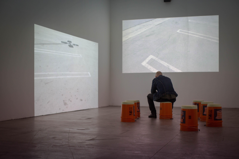 """Vista de la muestra """"Poder"""" de Yoshua Okón en la Galería de Artes Visuales de Matucana 100 en Santiago de Chile. Foto: cortesía de Matucana 100."""